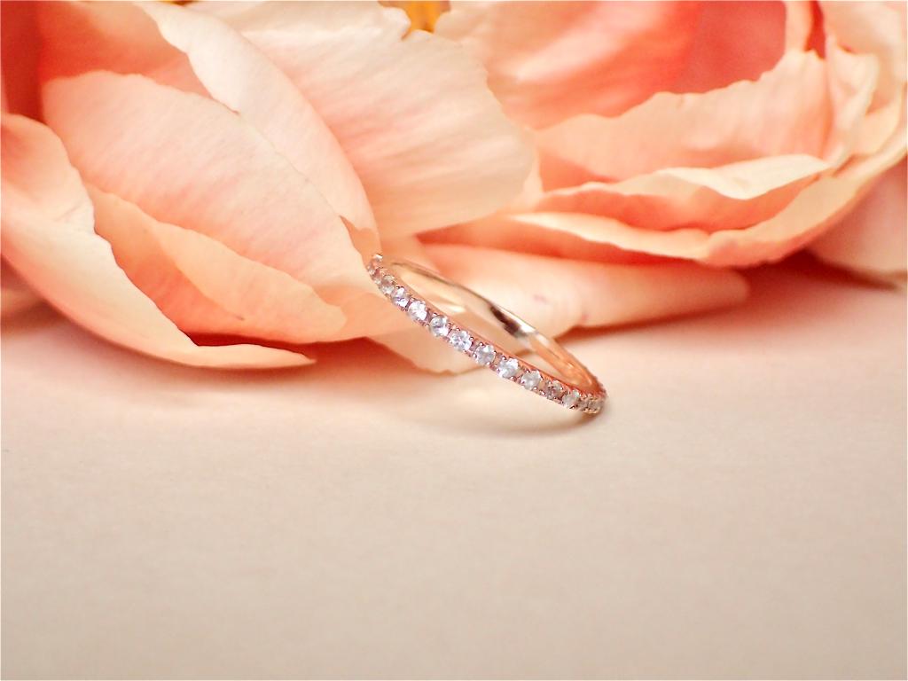 Bague Eternity sertie de saphirs blancs en or rose 18K